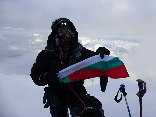 Владо Павлов с бългаското знаме на Манаслу